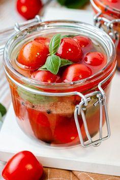 Das wohl beste Rezept bei erfolgreicher Tomatenernte. So bleibt das Gemüse haltbar und wird mit längerem Aufbewahren sogar noch köstlicher! #rezept #tomateneinlegen #tomaten #einmachen #essig #idee #antipasti