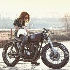 Biker girl ❤️ Women Riding Motorcycles ❤️ Girls on Bikes ❤️ Biker Babes ❤️ Lady Riders ❤️ Girls who ride rock ❤️ Mehr Blitz Motorcycles, Women Riding Motorcycles, Custom Motorcycles, Motorcycle Tips, Suzuki Motorcycle, Custom Baggers, Girl Motorcycle, Vintage Motorcycles, Style Cafe Racer