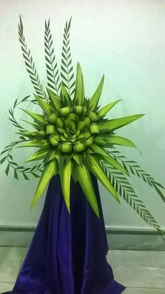 Flower Decoration - made of leaves! Contemporary Flower Arrangements, Tropical Flower Arrangements, Creative Flower Arrangements, Ikebana Flower Arrangement, Church Flower Arrangements, Beautiful Flower Arrangements, Tropical Flowers, Beautiful Flowers, Ikebana Arrangements