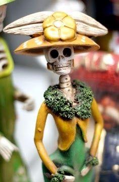 Catrina vendedora de flores       Catrineros enamorados               Catrina elegante       Frida Catrina de papel mache.       F...