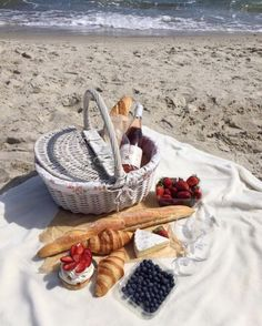 Beach picnic and white basket picnic on the beach, beach picnic foods, summer picnic Picnic Date, Summer Picnic, Picnic At The Beach, Beach Picnic Foods, Spring Summer, Family Picnic, Summer Beach, Summer Vibes, Little Lunch