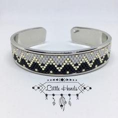 Ce Bracelet aux motifs Ethnic à été tissé à la main avec de fines perles en verre « Miyuki ». Il est dans les tons de Gris & Cuivre avec une touche de Bleu & sur un fond Blanc. Il a une largeur de 2cm et une longueur de 15cm pouvant aller jusque 21cm. Il est tout à fait personnalisable sur demande.
