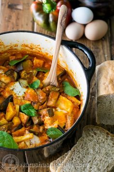 A must try Traditional Israeli Shakshuka Recipe. This will blow your tastebuds and can be eaten as breakfast, lunch or dinner. Jewish Recipes, Russian Recipes, Dutch Oven Recipes, Cooking Recipes, Israeli Food, Israeli Recipes, Shakshuka Recipes, Moroccan Dishes, Middle Eastern Recipes