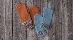 Myke og tovede votter er alltid godt å ha! Mønsterborden over håndleddet gjør at vottene sitter godt på hånda.  STØRRELSER OG MÅL Størrelser: Dame (Herre) Vottens vidde målt like over tommele… Fingerless Mittens, Knit Mittens, Wedding Table Deco, Hand Knitting, Knitting Patterns, Crochet Pattern, Knit Crochet, Dragon Cross Stitch, Fox Hat