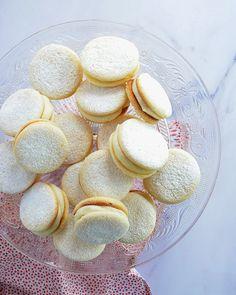 Alfajores de limón Cupcake Recipes, Snack Recipes, Cooking Recipes, Snacks, Sweet Cookies, Cake Cookies, Decadent Cakes, Peruvian Recipes, Pan Dulce