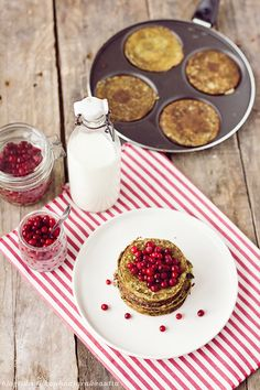 Pinaattiletut, spinach pancakes with lingonberries