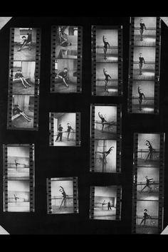 Sin embargo, a principios de la década de los 50´s, Hepburn tuvo que abandonar la danza por el cine. La razón era bastante prosaica: con la actuación se ganaba más dinero que con el ballet y la situación económica de la actriz entonces era bastante precaria.