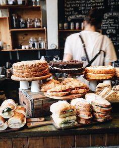Über die besten Coffeeshops, Cafes und Bäckereien in Brighton und ein Rezept für den besten Victoria Sponge Cake Erdbeerkuchen mit Sahne Bakery Decor, Bakery Interior, Bakery Cafe, Cafe Restaurant, Comida De Halloween Ideas, Cafeteria Menu, Bakery Shop Design, Food Concept, Asian Desserts