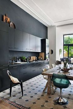Cozinha preta + mesa de madeira rústica For Your Inspiration: 10 Beautiful Black Kitchens Home Kitchens, Kitchen Remodel, Kitchen Design, Black Kitchens, Kitchen Inspirations, Kitchen Dining Room, Kitchen Flooring, Home Decor Kitchen, Kitchen Interior