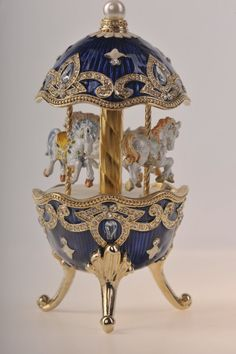 Beautiful artistry & craftsmanship: Faberge, iconic Russian artist-jeweller, created exceptional watches and accessories. View the Egg with Horse Carousel here. Fabrege Eggs, Carousel Horses, Cool Stuff, Egg Art, Egg Decorating, Trinket Boxes, Easter Eggs, Easter Bunny, Crystals