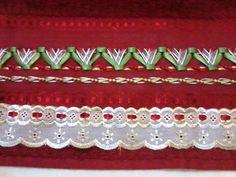 Jogo de toalhas vermelhas com trançado em fitas de cetim formando lindas tulipas; toalhas Casa In Irina (Karsten); 96% algodão e 4% viscose. Conjunto com 01 toalha de banho, 01 de rosto e 01 de lavabo. Cores a combinar.