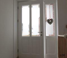 Klassische Haustüren: weiße Rahmentür mit Seitenteil von innen