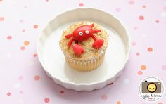 Cute crab cupcakes: red jordan almond, red laffy taffy and licorice laces for the crab. Graham crackers for the sand. Crab Cupcakes, Beach Cupcakes, Fishing Cupcakes, Fun Cupcakes, Cupcake Cakes, Beach Picnic, Beach Pool, Beach Party, Cookie Decorating