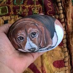 Cucciolo di Beagle #cane #dog #cucciolo #beagle #dogslovers #instadogsphoto #instaphoto #animalsfriends #dogoftheday #bestphoto #instanature #paintedstones #stonesart #cucciolidibeagle #instaart #draw #dotart #wood #mood #pietredipinte #colors #acrilyc #artigianato #arredocasa #followme #mavvyy