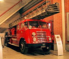 1952 DAF Brandweerwagen met provinciaal kenteken in het DAF museum ( ) Fire Dept, Fire Department, Cool Fire, Fire Apparatus, Fire Engine, Ambulance, Fire Trucks, Engineering, Firefighters