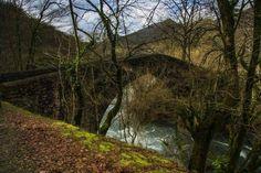 Rincones de #Navarra... El puente de Latsaga, que une los barrios de Aurtiz y Latsaga, en Ituren, y salva el rio Ezkurra.