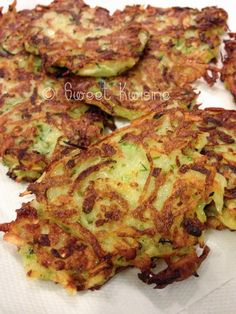 galette pomme de terre et courgettes /potatoe and zucchini fritters Healthy Crumble, Flan, Zucchini Fritters, 300 Calories, Tortilla, Vegetable Salad, Pizza Recipes, Beignets, Entrees
