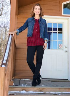 Casual outfit idea: Gingham top, denim jacket, black slacks and ankle boots. Holiday Fashion, Holiday Outfits, Autumn Winter Fashion, Winter Outfits, Mom Outfits, Trendy Outfits, Cute Outfits, Plaid Outfits, Clothes Encounters