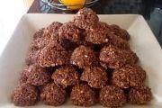 Coconut Clusters Bestanddele 125 ml melk (1/2 k) 125 ml kakao (1/2 k) 500 ml suiker (2 k) 125 ml margarien (1/2 k) 750 ml hawermout (3 k) 5 ml vanieljegeursel (1 t) 250 ml klapper (1 k) 'n handvol grondboontjies - fyngekap, kan ook bygevoeg word ...