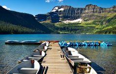 Cameron Lake  A uma altitude de 1.646 metros, este pitoresco lago alpino oferece uma beleza imaculada num ambiente remoto e está apenas a uma curta distância de carro do Waterton Village. A viagem para  Cameron Lake é quase tão bonita quanto estar lá.  Localização / indicações: Dirija 16 km ao longo da Akamina Parkway. Também vai passar em Oil City - primeiro poço de óleo do oeste do Canadá.