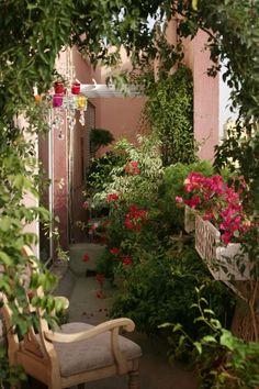 Mediterranen Balkon mit üppiger Begrünung, duftende Kletterpflanzen