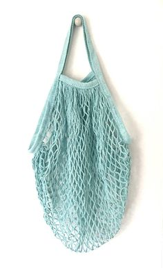 Its a strong, little reusable bag that stretches and expands so you can carry a variety of items from the farmers market to the beach. Holds up to 40 lb 100% natural cotton Tote handle ( will not go over shoulder) Earth friendly Machine washable/ Hang Dry Size: 32 * 38cm(L * W)