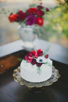 Single tier wedding cake topped with flowers. Photography: Sarah McKenzie Photography - www.sarahmckenziephoto.com