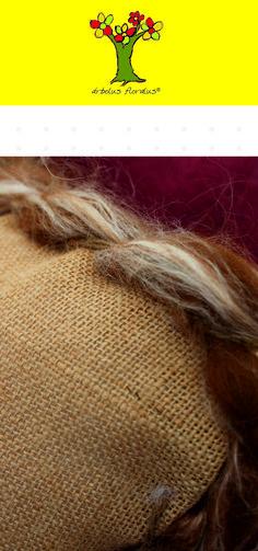 Cojín cuadrado elaborado en yute, lana natural con seda y fibras de sisal. Medidas 50 x 50 cm. Creación de árbolus floralus. arbolusfloralus@g..., Whatsapp 634344518