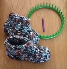 De Handwerktuin: Knifty Knitter Sloffen Fun Loom, Knifty Knitter, Loom Knitting Projects, Diy Clothing, Needlework, Free Pattern, Knit Crochet, Diy And Crafts, Weaving