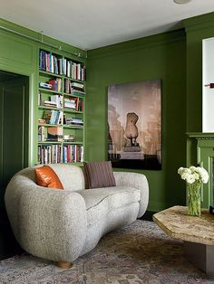 Love the green laquer paint treatment, and it's so beautiful with the gray on the sofa!  arquiteto Dirk Denison e o designer Michael Richman