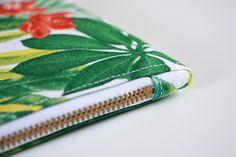 Une trousse, un zip et une astuce pour des angles parfaits ! (tuto) - Island Tutorial and Ideas Coin Couture, Couture Sewing, Techniques Couture, Sewing Techniques, Sewing Hacks, Sewing Tutorials, Sewing Tips, Angle Parfait, Pretty Kids