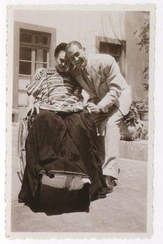 Frida luciendo un huipil triqui en compañía de un amigo