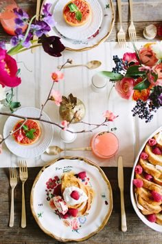Serve up a delicious Valentine's Day brunch with these yummy recipes. Brunch Mesa, Partys, Decoration Table, Food Styling, Food Photography, Table Settings, Breakfast Table Setting, Food And Drink, Valentines