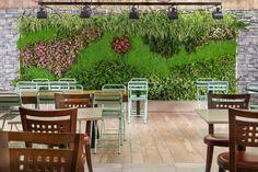 קיר ירוק בתוך מסעדה