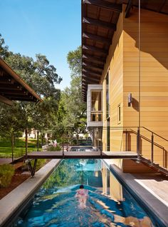 This long custom lap pool in Austin, Texas was co-designed by Lake Flato and Abode. The pool is a must for the homeowner's triathlon training regimen. Swimming Pools Backyard, Swimming Pool Designs, Lap Pools, Backyard Decks, Pool Decks, Langer Pool, Pool Bridge, Outdoor Spaces, Outdoor Living