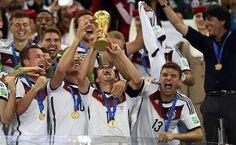 Lahm Philipp Lahm ergue a taça conquistada após a vitória alemã na decisão. 13/07/2014.