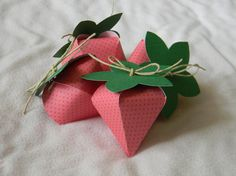 strawberry favor boxes...how sweet!