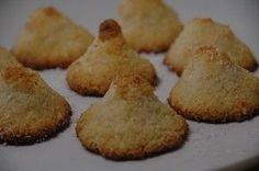 La farine de noix de coco est un bon remplacement quand on ne tolère pas les céréales et les fruits à coque. Voici quelques recettespour faire des biscuits, rocher et gâteau avec de la noix de coco.La noix de coco a, en plus, des vertus fantastiques: des bonnes graisses (acide laurique) qui aident à maigrir, richesse en minéraux (du fer), antioxydants, régule le transit intestinal, isotonique, et il aide à lutter contre le candida et autres levures quand on a une infection.sans gluten…