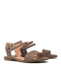 Sandalias planas pinchos plata.