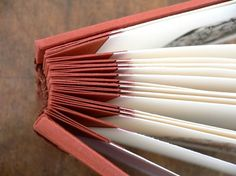rouge - Photo de Créations - Encadreliure : This is a way to bind photographs printed on heavy, rag photo paper. Handmade Notebook, Handmade Books, Up Book, Book Art, Bookbinding Tutorial, Bookbinding Ideas, Paper Book, Album Book, Book Projects