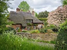 15 Thatched Roof Ideas, Advantages and Disadvantages Irish Cottage, Cottage Art, Cozy Cottage, Cottage Homes, Cottage Style, Cottage Gardens, English Country Cottages, English Countryside, English Village
