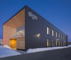 Image 6 of 12 from gallery of STGM Head Office / STGM Architectes. Photograph by Stéphane Groleau Halle, Warehouse Renovation, Industrial Sheds, Factory Architecture, Architectural Materials, Office Pictures, Minimalist Office, Commercial Architecture, Modern Architecture
