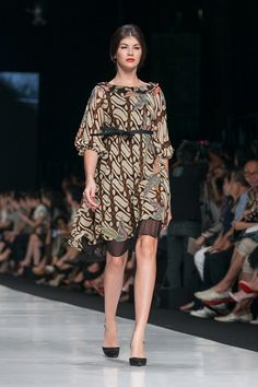 Jakarta Fashion Week 2014 – Edward Hutabarat – The Actual Style Batik Kebaya, Batik Dress, Blouse Batik Modern, Mode Batik, Batik Fashion, Women's Fashion, Jakarta Fashion Week, African Print Fashion, Chic Dress