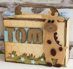 kraam cadeau dit lieve koffertje is een mal van Dutch Doobadoo, gecombineerd met de stencils 470.713.011 - Dutch Box Art - Dutch Box Art Suitcase 470.455.005 - Dutch Stencils - Dutch Stencil Art Alphabet 4