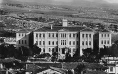 Το κτίριο του Πανεπιστημίου τη δεκαετία του 1930 Greece History, Old Greek, Macedonia, Thessaloniki, Athens, Old Photos, Paris Skyline, Places To Visit, Mansions
