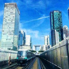 Back to work après 2 jours de conférences #E32017 ! Ca pique ! ------------------------------ #Paris #France #LaDefense #Metro #Subway #train #landscape #work #Perspective #architecture #buildings #street #photography  #picoftheday #instadaily #sky #bluesky #clouds