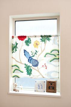 インテリアのアソートカラーとしてカーテンはお部屋の印象を決める大切なアイテム。特にカフェカーテンは、簡易で、必ずしも窓に付けるだけではないバラエティ豊かな使い方が出来ます。おまけに作りも簡単なので、手作りもできちゃいます。今回は、カフェカーテンの簡単な作り方をご紹介します。