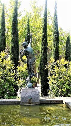 Diana Cazadora, escultura en la  Ciudad Universitaria facultad de filología. Obra de Anna Hyatt Hungtington en bronce