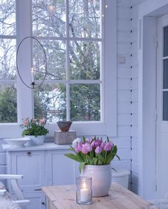 pieniunelma  #kuisti  #kkliving #veranda #porch #lantliv #lantligt #lantligthem #lantligtvitt #levlandlig #lantlig #countrylife #countrystyle #glassroom #blommor #blossom #vårbukett #tulpaner #tulpan #tulpans #tulppaanit #ranunculus #ljusring #interior4you #interior4all #unelmientalojakoti #maalaisromanttinen #myhome #mitthus #mitthem #whiteinterior