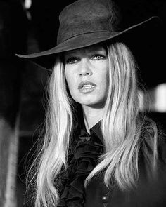 French actress Brigitte Bardot on the set of 'Les Petroleuses' a. 'The Legend of Frenchie King', directed by Christian-Jaque in Spain, Look Vintage, Vintage Beauty, Vintage Images, Vintage Ladies, Retro Vintage, Terry O Neill, Bridget Bardot, Brigitte Bardot Young, Beautiful Young Lady